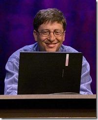"""Bill Gates con su Compaq Presario minutos antes de """"matar"""" al DOS en el lanzamiento de Win XP en Nueva York"""